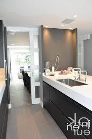 cuisine blanc et noir parquete en bois noir armoire de cuisine poutre plafond
