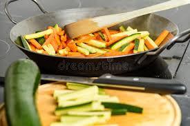 feu vif cuisine cuisson des légumes faits sauter à feu vif avec la courgette et