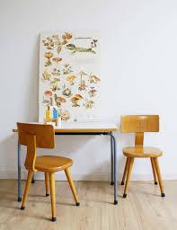 bureau of met tof vintage tafeltje met 2 houten peuter stoeltjes retro lessenaar