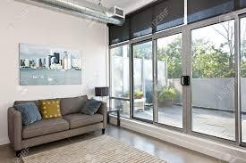 Wohnzimmer T Wohnzimmer Mit Glas Schiebe Tür Zum Balkon Kunstwerk Vom