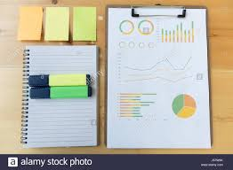 post it sur bureau graphique marketing et rapport graphique avec surligneur ordinateur