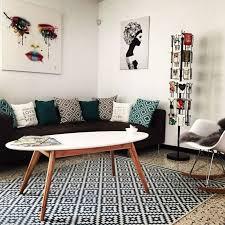 idee deco salon canape noir salon inspiration scandinave avec table basse pieds compas plateau