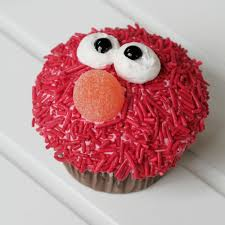 elmo cupcake i love that its not done with red frosting what a