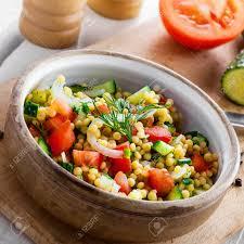 cuisiner un couscous cuisiner du couscous avec des tomates du concombre et de l oignon