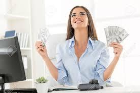femme de bureau femme d affaires dans le bureau assis à un bureau tenant de
