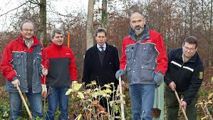 (v.l.n.r.): Peter Prüller (Regionalverkaufsleiter toom Baumarkt), Rainer Drexler (Marktleiter toom Baumarkt in Schopfheim), Ralf Kaufmann (Leiter ... - 52622421