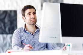 sexe au bureau employé de bureau de sexe masculin s asseyant au bureau photo stock