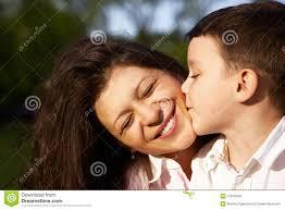 maman baise en cuisine baiser de petit garçon sa mère image stock image du baiser
