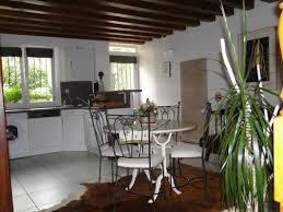 porte de la cuisine table de la cuisine ouverte donnant sur la porte d entrée gîte