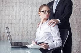 adultere au bureau marié homme patron séduisant secrétaire dans le bureau banque