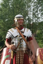 file roman soldier in lorica segmentata 1 jpg wikimedia commons