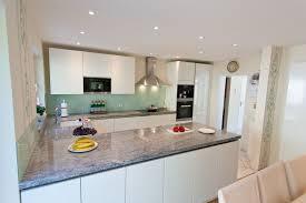 arbeitsplatte küche granit granit arbeitsplatte mit weißen fronten moderne klassik küche