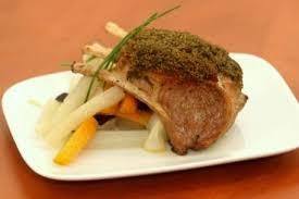 cuisiner un carré d agneau recette de carré d agneau en croûte d herbes légumes glacés facile