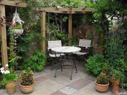 Homes With Courtyards by Inspiring Decorating Courtyards Garden Ideas With Rustic Round