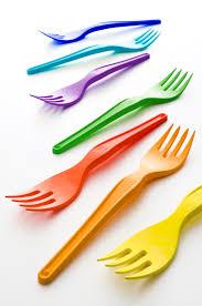 piatti e bicchieri di plastica colorati vincono le posate italiane plastix