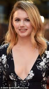Make Up Classes In Detroit Hannah Murray Stuns In Plunging Blouse At Detroit Premiere Daily