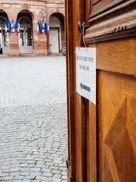 image bureau de vote bureau de vote polling station city with flags in
