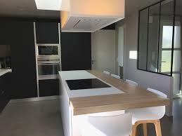 cuisines avec ilot central une cuisine design fenix noir avec verrière