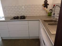 meuble plan travail cuisine meubles de cuisine montés puis posés avec plan de travail carrelé