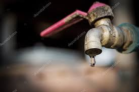 rubinetto perde acqua vecchio arrugginito rubinetto perde acqua foto stock
