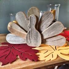 reclaimed wood pallets turned into diy thanksgiving turkey decor