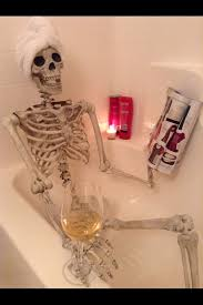 Halloween Decorating Ideas With Skeletons by Best 25 Halloween Bathroom Ideas On Pinterest Halloween