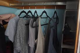 how to organize your closet by limiting your wardrobe to 6 colors