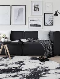 plaid canapé noir plaid canapé tapis le noir se retrouve partout dans ce salon d