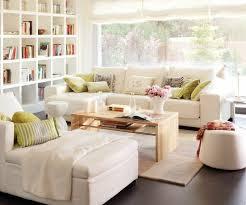 kleine wohnzimmer kleines wohnzimmer einrichten weiße sofas liege sofatisch holz
