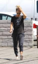 kaley cuoco leaves the nail salon in studio city 03 16 2016
