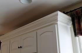 cabinet molding on top of kitchen cabinets remodelando la casa