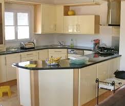 cuisine avec gaziniere implantation évier en angle plaque cuisson en angle armoire en