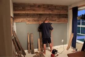 mur de chambre en bois couvrez le mur d une chambre avec palettes planches de bois3meuble