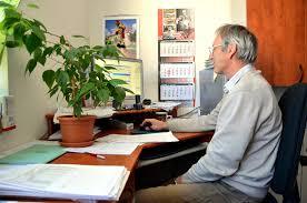 travaux de bureau le vieil homme avec le sourire un comptable s asseyent dans le