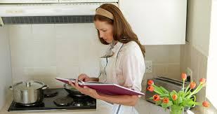 femme plus cuisine femme cuisine tulipe 4k stock 305 551 735 framepool