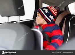 siège auto sécurité petit garçon enfant assis dans le siège auto sécurité hautes
