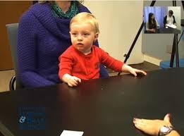 Adulto entra na sala e começa agir agressivamente perto de criança ...