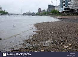 Themse Gezeiten London | sehr niedrigen gezeiten der themse in vauxhall london stockfoto