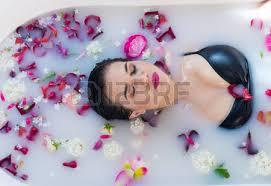 imagenes flores relajantes mujer morena sexy relajante en baño de leche caliente con flores