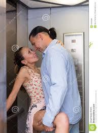 l amour dans le bureau amour à l ascenseur de bureau photo stock image du ayant mâle