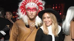 roseanne halloween episodes hilary duff and boyfriend jason walsh make red carpet debut in