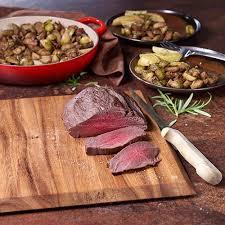 cuisiner un roti de biche rôti de biche aux choux de bruxelles et pommes de terre au four