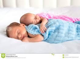 chambre jumeaux fille gar n jumeaux de bébé garçon et de fille dans le lit photo stock image