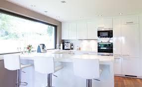 weisse hochglanz küche modern funktional weiss küche einbauküche kochinsel stockfotos