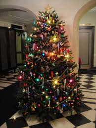 christmas tree with white lights and red bows christmas tree theme show me decorating garland staircase decor