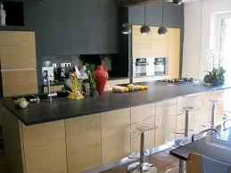 plan de cuisine en bois cuisine avec plan de travail granit et façades bois brian is in