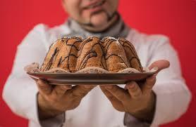cuisine caucasienne portrait d un homme caucasien avec uniforme de chef partage gâteau