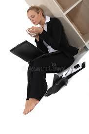 femme nue au bureau femme reposée nu pieds par le bureau photo stock image du beau