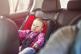 comment attacher un siège auto bébé comment bien attacher bébé dans siège auto en hiver