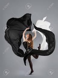 imagenes en movimiento bailando hermosa niña bailando tela blanco y negro en movimiento tela de